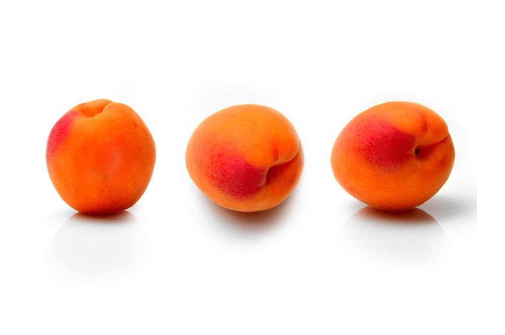 Apricot frozen in halves and dices